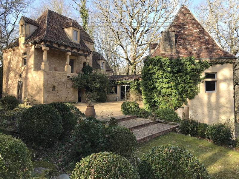 Façade extérieure d'une maison de caractère en pierre - à vendre