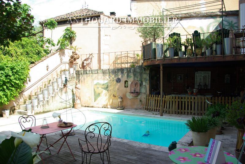 Maison bourgeoise de ville avec jardin piscine et garage for Piscine jardin 100m2