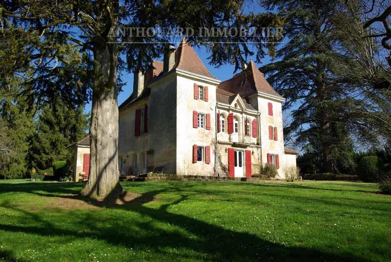 Façade extérieure d'un manoir à vendre en Périgord - 300m²